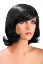 Perruque Victoria brune - Perruque brune aux cheveux mi-longs ayants un aspect naturel. Elle à une jolie mèche à l'avant.